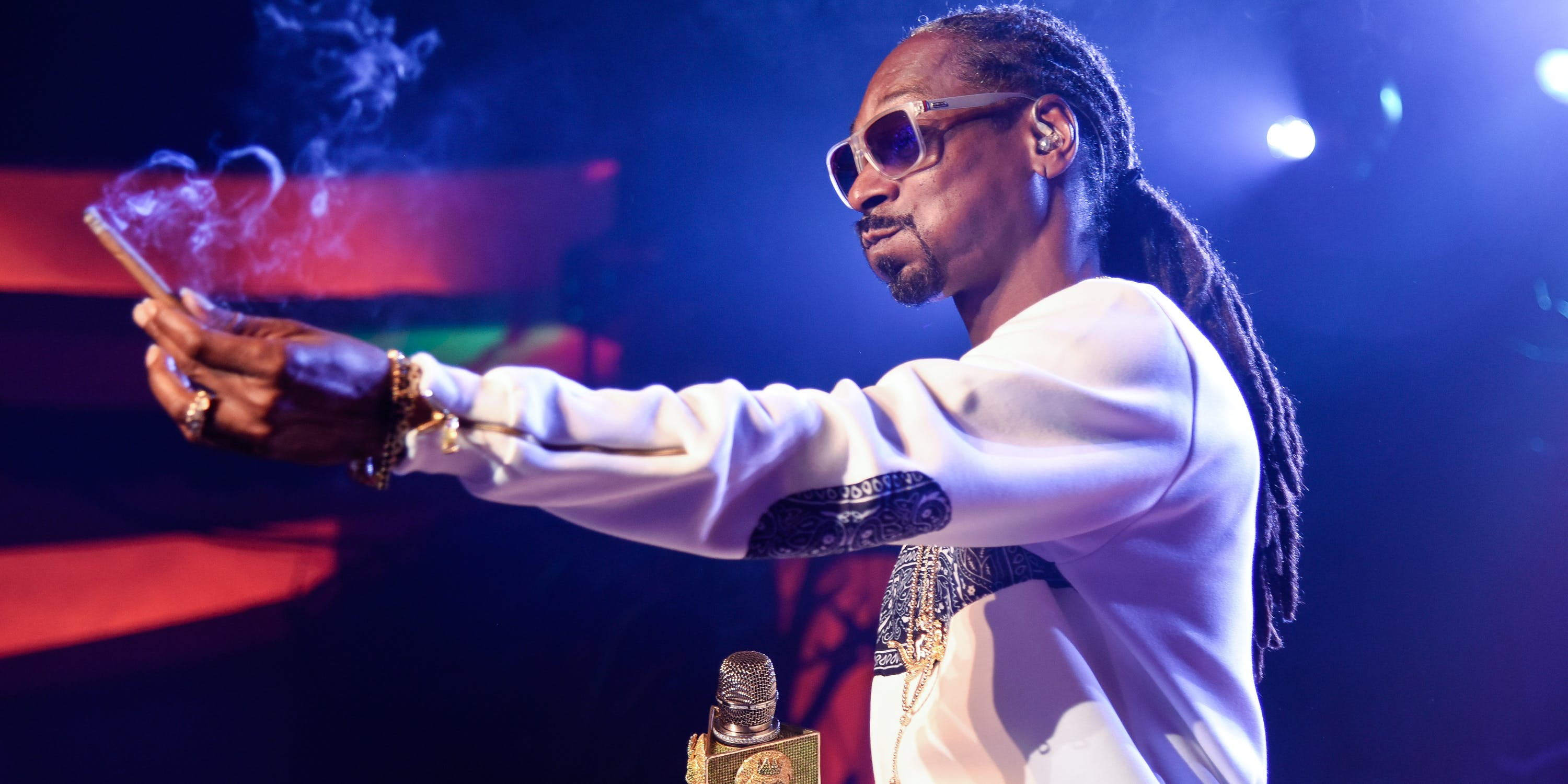 """Snoog Dogg switches Matthew McConaughey's fake weed for real weed on the set of their new movie """"The Beach Bum."""""""