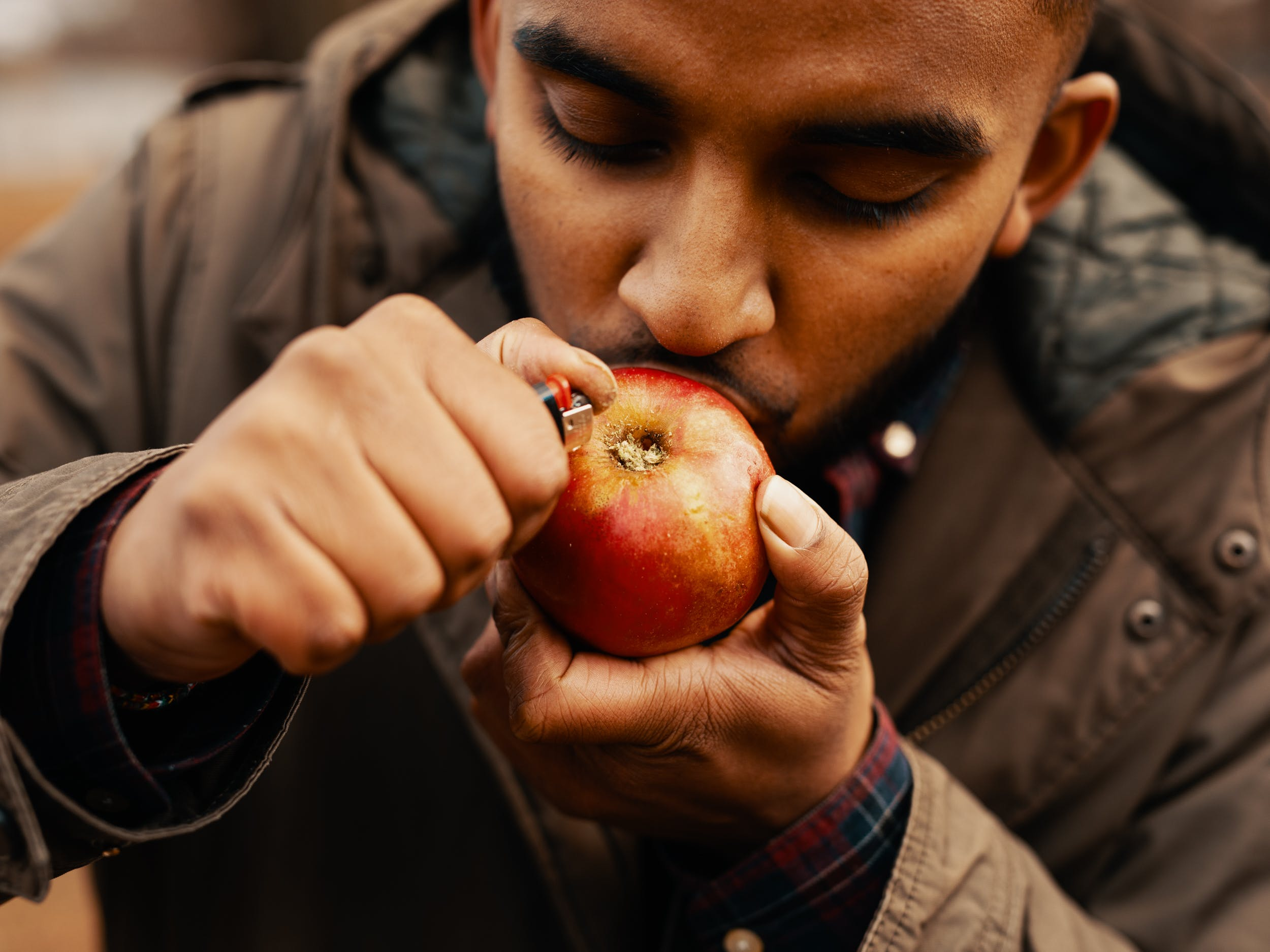 How to Make an Apple Pipe 1 No Pipe? No Paper? No Problem: Heres How To Make An Apple Pipe